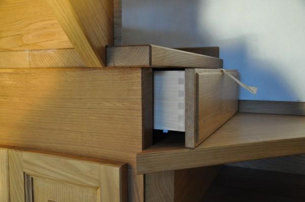 ... spazzolato con rampa a giorno e cassetti ricavati sulle alzate